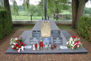 Zakończono kolejny etap renowacji Grobu Nieznanego Żołnierza w Iwoniczu. Ważny gość pod pomnikiem.