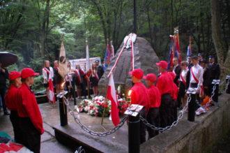 Uroczyste obchody 75. rocznicy zbrodni w Lesie Grabińskim – niebo płakało deszczem